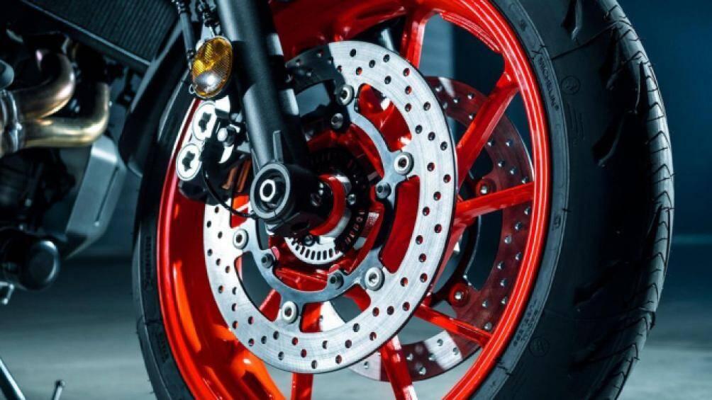 Vành bánh trước xe cỡ 17-inch, đi kèm với lốp không săm có kích cỡ 120/70/17