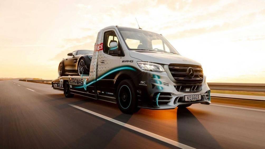 Lấy cảm hứng từ đội đua Công thức 1 Mercedes-AMG Petronas, xe được sơn chủ đạo 2 màu trắng và đen