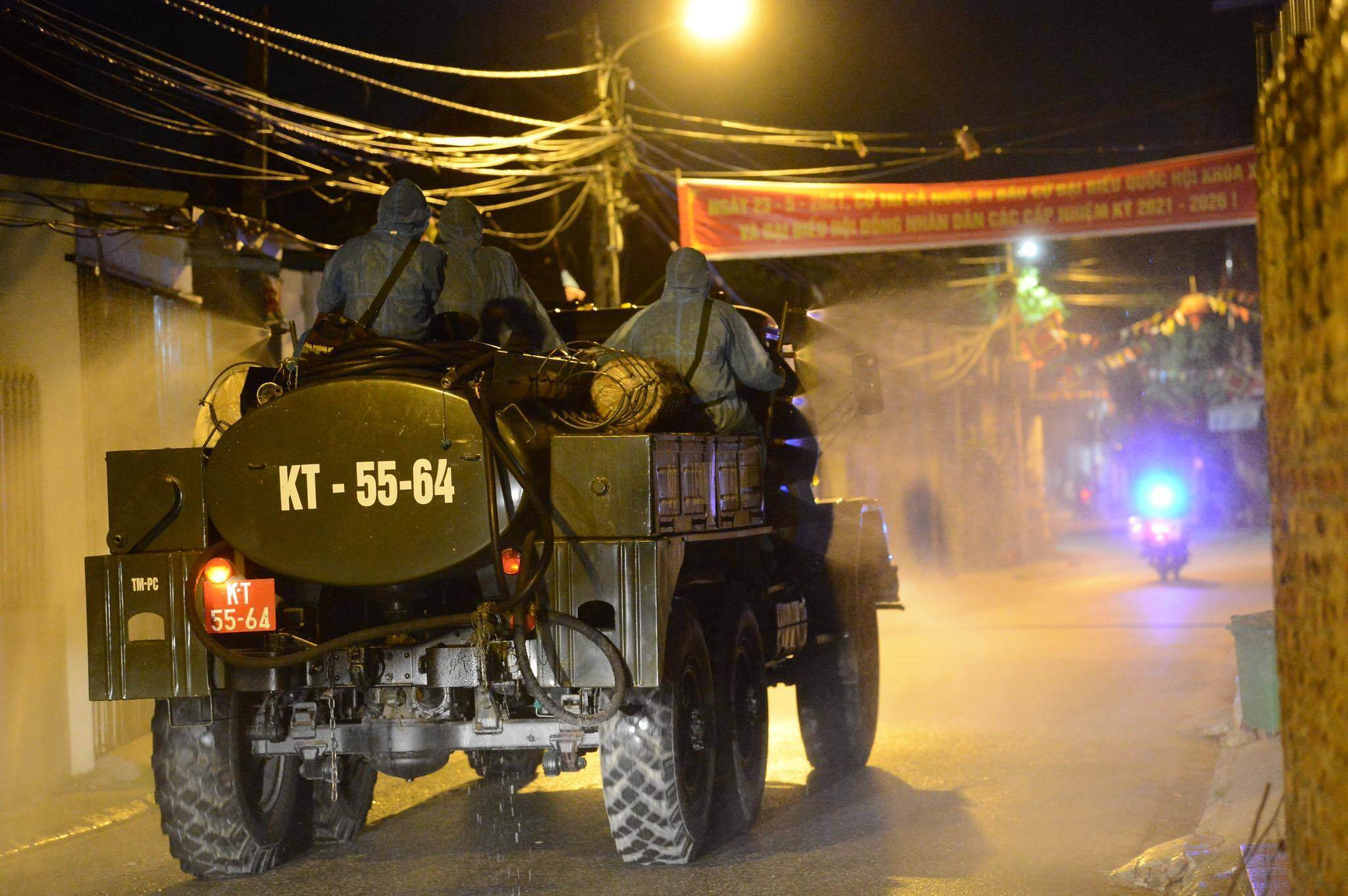 Ngay trong đêm 9/5, gần 20 chiến sĩ của Bộ Tư lệnh Thủ đô tập trung tại xã Kim Sơn, nghe phổ biến quy trình thực hiện phun khử khuẩn toàn bộ địa bàn.