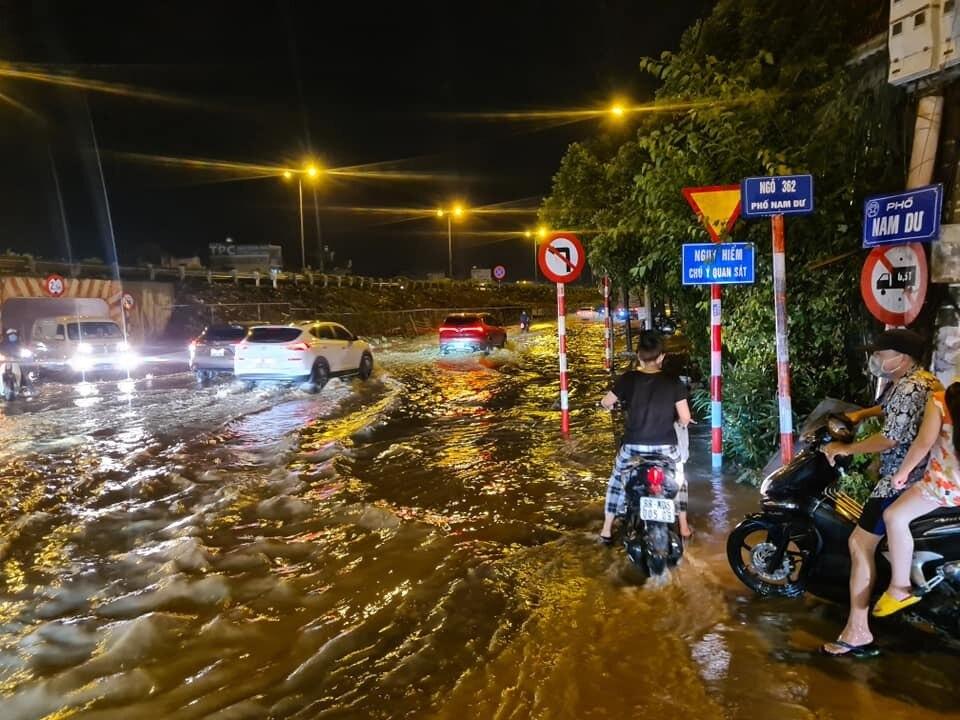 Khoảng 6h chiều nay (11/5), Hà Nội xuất hiện cơn mưa lớn, chỉ ít phút, nhiều đường phố nước ngập mênh mông (ảnh: Facebook).