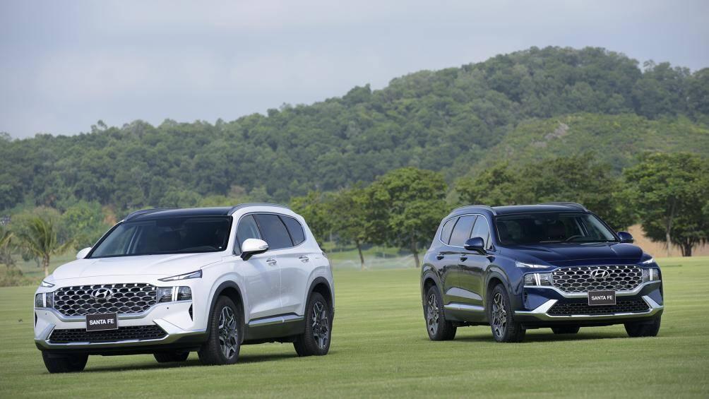 Hyundai SantaFe 2021 vừa ra mắt tại Việt Nam có giá bán từ 1,03 - 1,34 tỷ đồng. Đây là sự khác biệt đầu tiên so với phiên bản tiền nhiệm khi giá bán cao hơn từ 35 - 95 triệu đồng