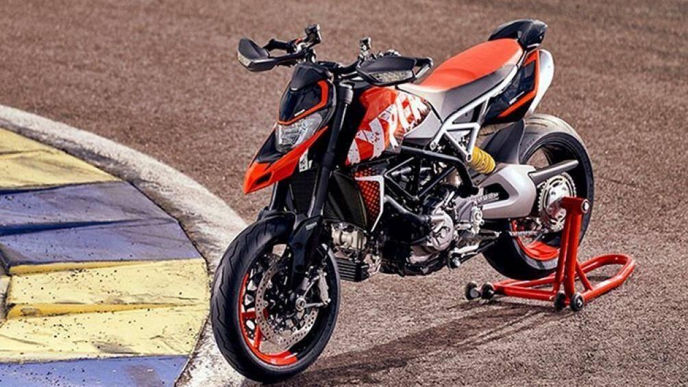 Mẫu xe mô tô Ducati Hypermotard 950 RVE 2021 với màu sơn mang phong cách Graffiti (hình ảnh hoặc chữ viết kiểu trầy xước, nguệch ngoạc) đã chính thức có mặt tại Việt Nam với giá bán từ 474 triệu đồng