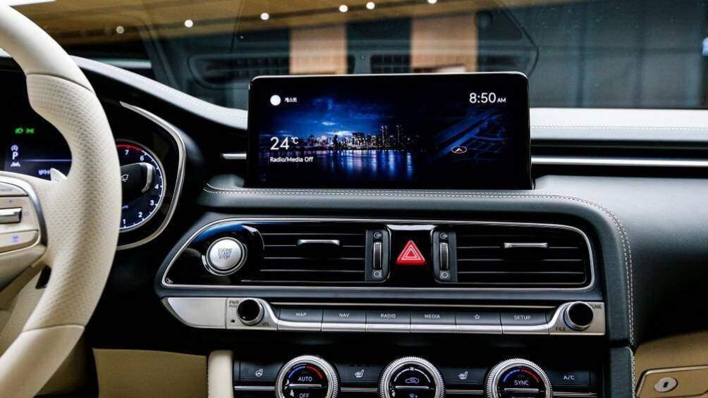Nội thất của G70 mới cũng được thừa hưởng nhiều tiện ích từ đàn anh G80. Hệ thống thông tin giải trí màn hình cảm ứng 10,25 inch