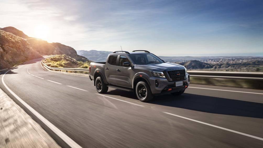 Nissan Navara 2021 có 4 phiên bản gồm: 2WD tiêu chuẩn, 2WD cao cấp, 4WD cao cấp và bản đặc biệt là Pro4X có giá từ 748 - 945 triệu đồng, trở thành mẫu bán tải có giá bán cao nhất trên thị trường