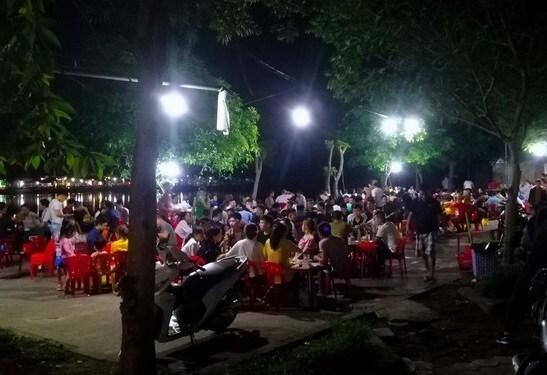 Những ngày qua, mặc dù dịch Covid-19 tại Nghệ An diễn biến phức tạp, tuy nhiên nhiều người dân TP Vinh vẫn thờ ơ, tụ tập uống bia.