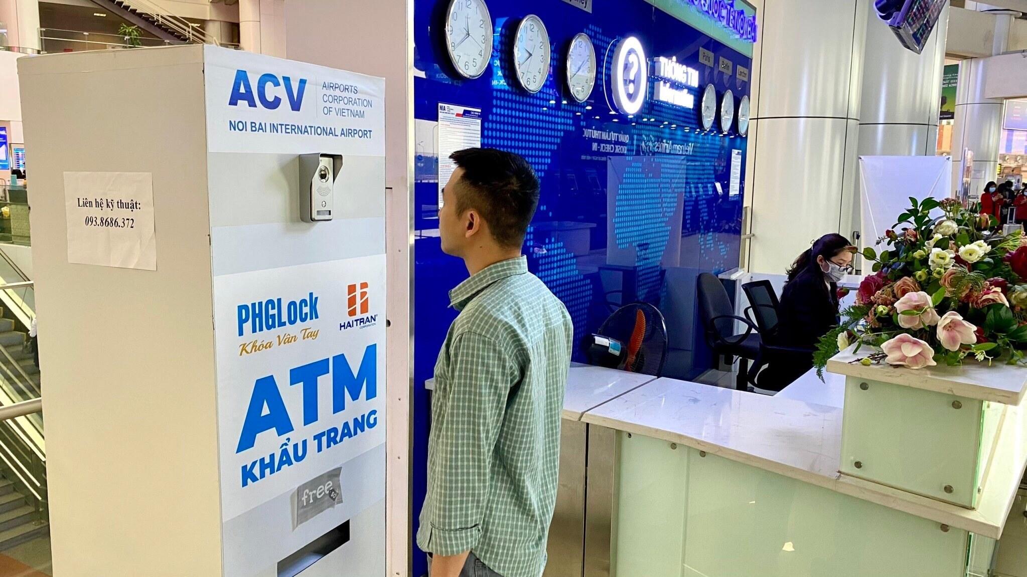 Cảng HKQT Nội Bài cũng bố trí 1 cây ATM khẩu trang ngay tại quầy thông tin để hành khách nếu cần khẩu trang có thể sử dụng miễn phí.