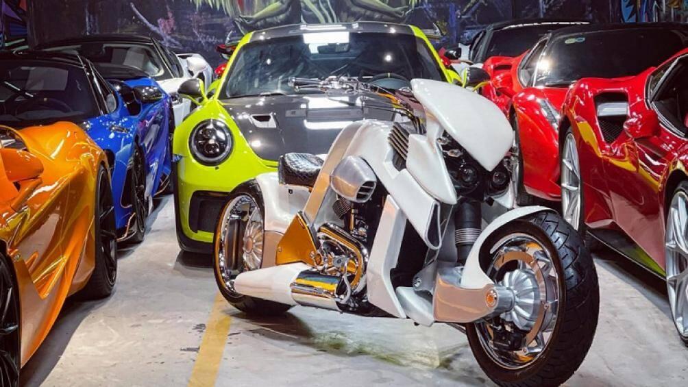 Ông chủ một công ty nhập khẩu siêu xe nổi tiếng ở Sài thành vừa khoe ảnh chiếc xe V-Rex Travertson siêu hiếm khiến dư luận vô cùng quan tâm
