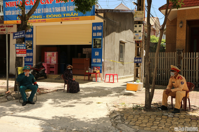 12h trưa ngày 17/6, thời tiết ở TP Vinh (Nghệ An) nắng như rang, cộng với gió Lào thổi như tạt lửa vào mặt. Thế nhưng, tại các chốt phong tỏa phòng chống Covid-19 ở phường Hà Huy Tập, các cán bộ, chiến sĩ vẫn túc trực làm nhiệm vụ. Ảnh: Sỹ Hòa