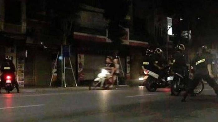 Gia nhập đoàn đua, nhóm học sinh Hà Nội bị cảnh sát cơ động chặn giữ 1