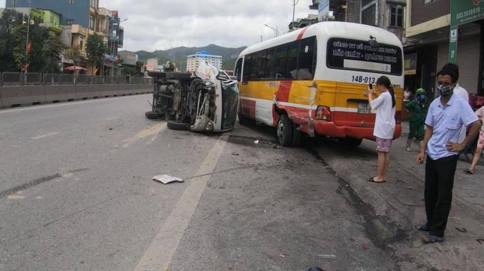 Đâm đuôi ô tô khách, xe tải lật ngửa trên đường, tài xế bị thương 1