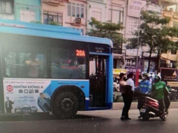 Xác minh phụ xe buýt Hà Nội hành hung lái xe Grab ngay trên phố 1