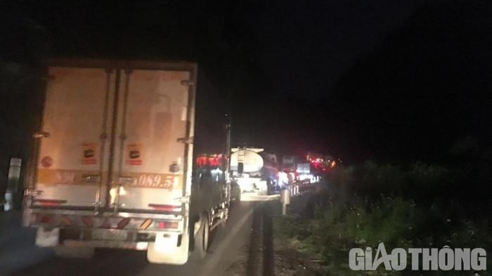 Hai ô tô va chạm trên QL6: Tài xế xe tải trọng thương, giao thông ùn tắc 2