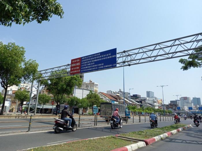 Cận cảnh những biển báo giao thông đánh đố người đi đường ở TP.HCM 7