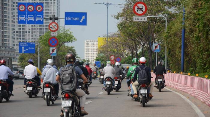 Cận cảnh những biển báo giao thông đánh đố người đi đường ở TP.HCM 1