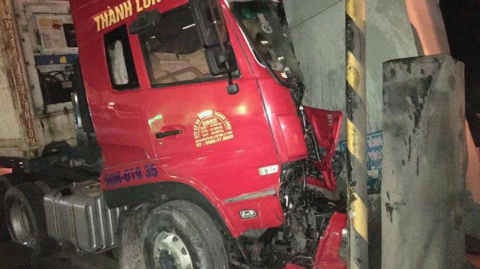 Xe container tông trạm thu phí, dân phá cửa cứu tài xế kẹt trong cabin 2