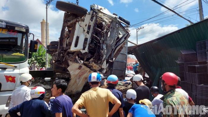 Giây phút xe tải mất thắng lao với tốc độ kinh hoàng gây tai nạn chết người 4