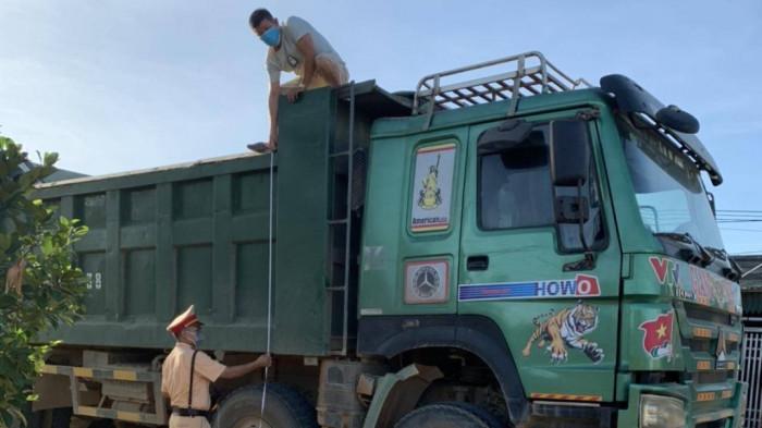 Lực lượng CSGT Thanh Hóa kiểm tra kích thước thành thùng xe trên địa bàn