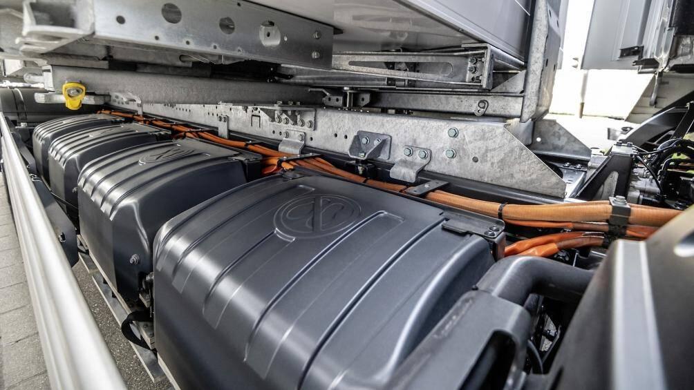Ở cấu hình 4 pin, eActros có phạm vi hoạt động tối đa lên tới 400 km. Với bộ sạc 400A DC, pin có thể tăng từ 20% lên 80% chỉ trong hơn một giờ
