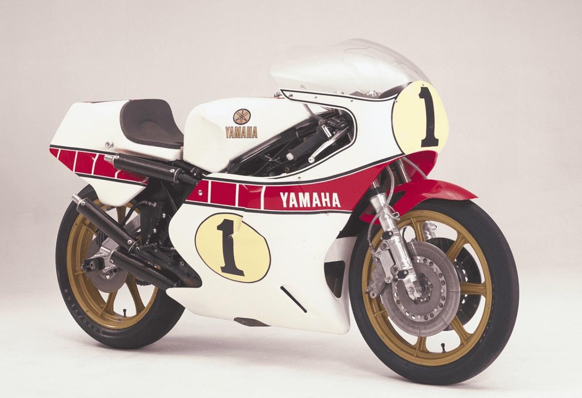 Dàn áo này được Yamaha lấy cảm hứng từ Yamaha YZR500 (0W48) - một huyền thoại từng đua ở hạng 500cc MotoGP từ những năm 1980