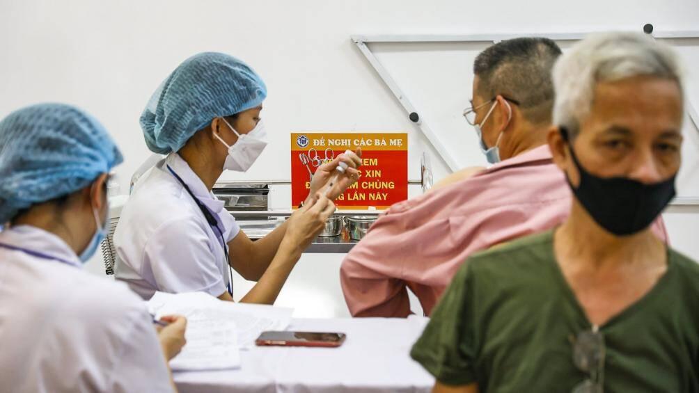 Sáng nay (28/7), Hà Nội bắt đầu triển khai chiến dịch tiêm vaccine phòng Covid-19 diện rộng cho người dân. Đây là chiến dịch tiêm vaccine phòng Covid-19 lớn nhất trong lịch sử, được kéo dài hơn 9 tháng (từ tháng 7/2021 đến tháng 4/2022) với 5,1 triệu liều vaccine.