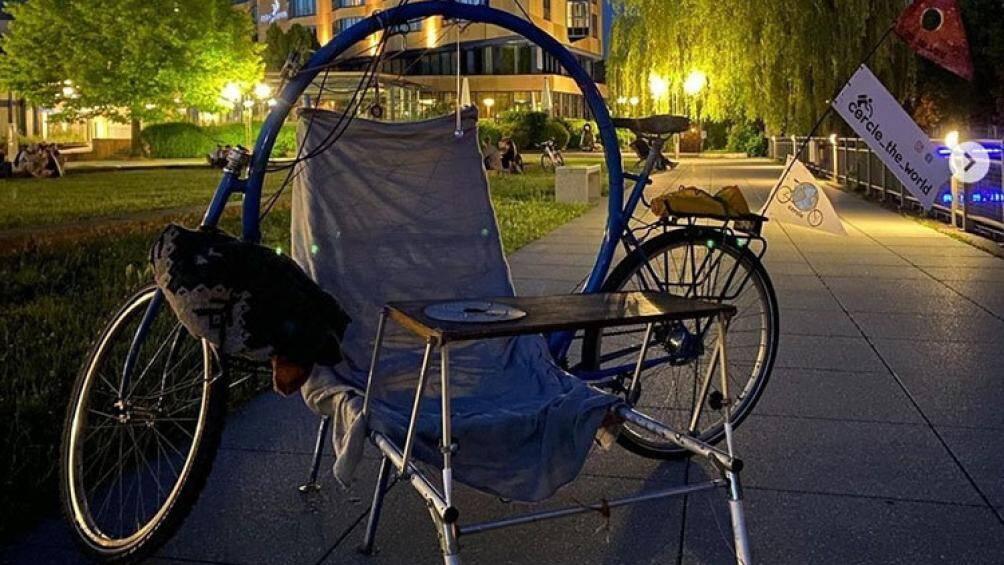 Bộ khung tích hợp giường, ghế, bàn có thể biến một chuyến đạp xe dạo chơi thành một trải nghiệm cắm trại tiện nghi