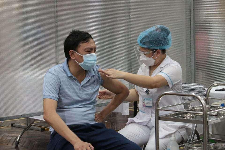 """Với phương châm """"Vaccine về tới đâu, tổ chức tiêm ngay tới đó"""", Hà Nội đang triển khai chiến dịch tiêm chủng vaccine phòng Covid-19 với quy mô lớn trên địa bàn thành phố ngay sau khi được Bộ Y tế phân bổ nguồn vaccine."""