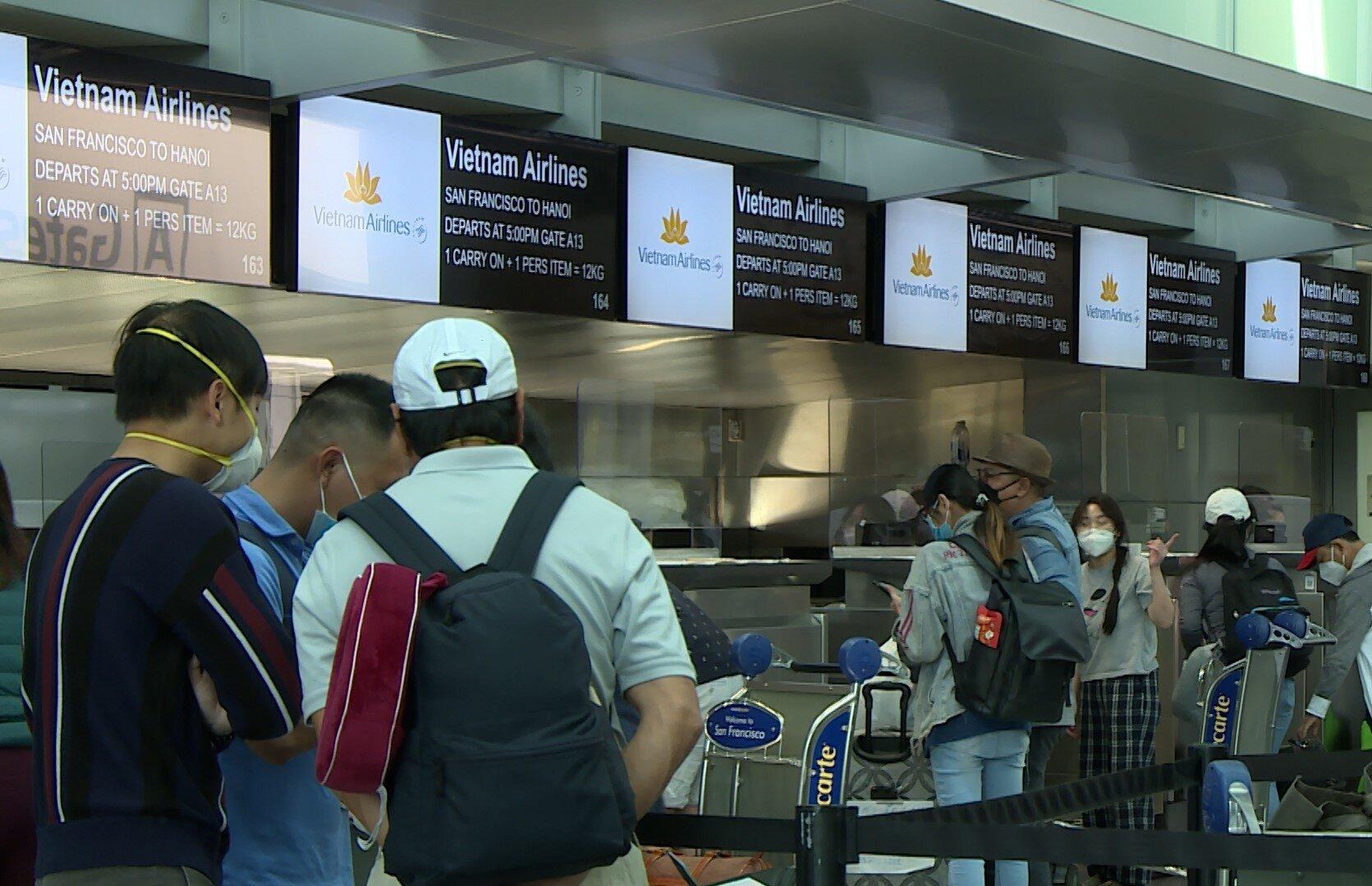Sáng nay (25/8), chuyến bay VN9 do Vietnam Airlines khai thác từ San Francisco (Hoa Kỳ) hạ cánh an toàn tại sân bay Nội Bài. Chuyến bay đưa 277 hành khách là công dân Việt Nam tại Hoa Kỳ về nước, đồng thời vận chuyển hơn 6,2 tấn trang thiết bị, vật tư y tế của kiều bào tại Hoa Kỳ gửi gắm, chia sẻ với đồng bào trong nước phòng, chống dịch Covid-19. Trong ảnh, hành khách làm thủ tục chuyến bay VN9 tại sân bay San Francisco.