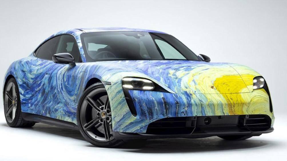 """Chiếc Porsche Taycan Turbo với lớp áo ngoại thất được lấy cảm hứng từ bức tranh """"Starry Night"""" nổi tiếng của danh họa Van Gogh"""