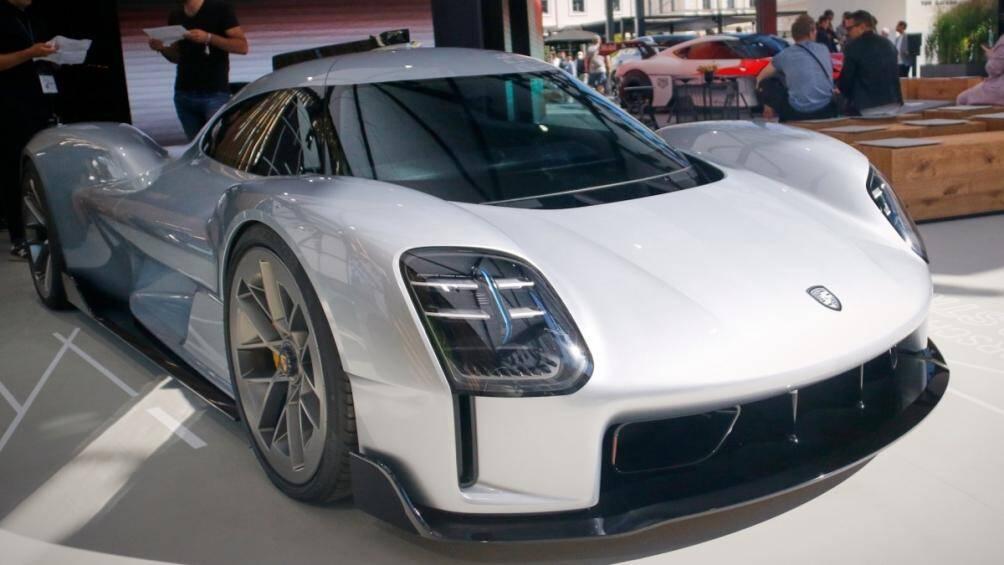 Chiếc Porsche 919 Street trông không khác gì mẫu xe thật này được tạo nên bởi đất sét, nó đang có mặt tại Triển lãm ô tô Munich 2021