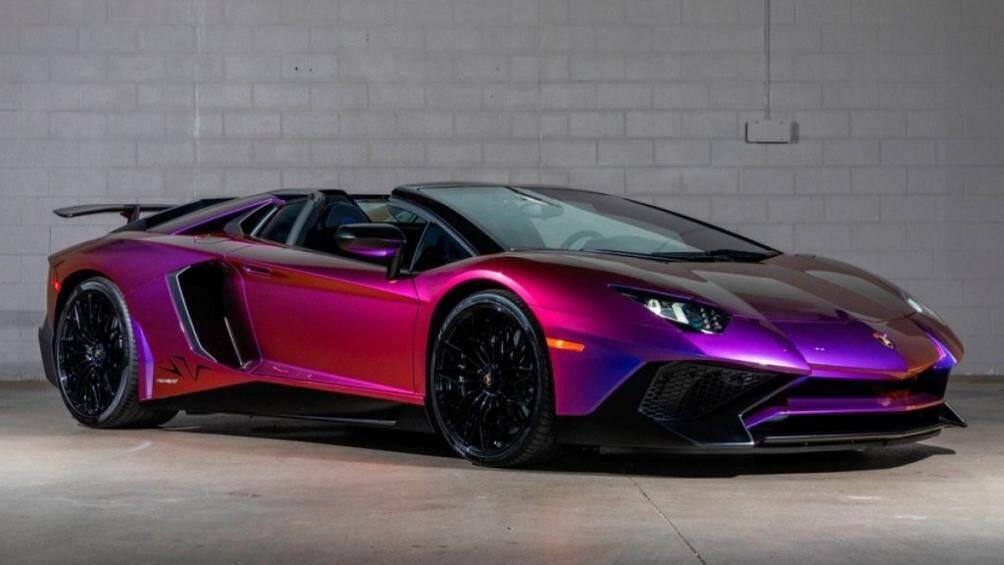 Chiếc Lamborghini Aventador SV Roadster này được khoác lớp sơn Blu Lial có khả năng chuyển đổi sắc từ xanh dương sang các màu tím và cam