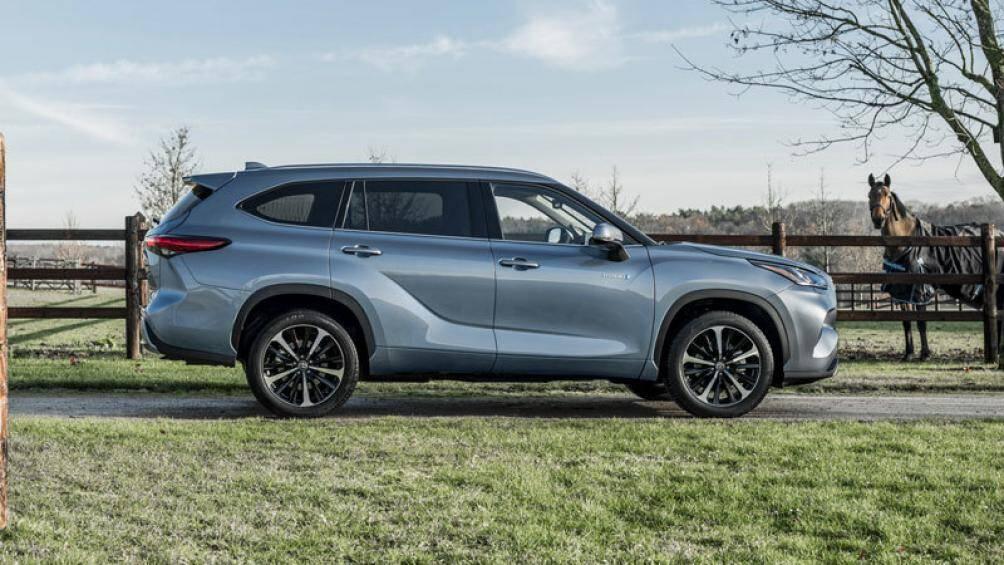 1. Toyota Highlander Hybrid 2021 (mức tiêu hao nhiên liệu ở đường hỗn hợp: 7,8 lít/100 km)