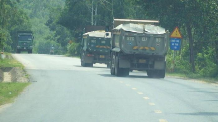 Cận cảnh đoàn xe chở cát quá tải đại náo ở Quảng Nam 5