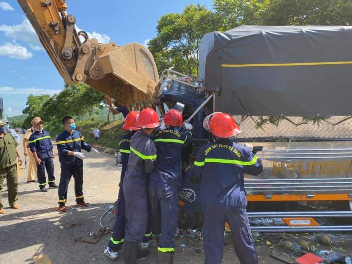 Dùng máy xúc phá cabin đưa thi thể tài xế mắc kẹt ra ngoài sau tai nạn 2