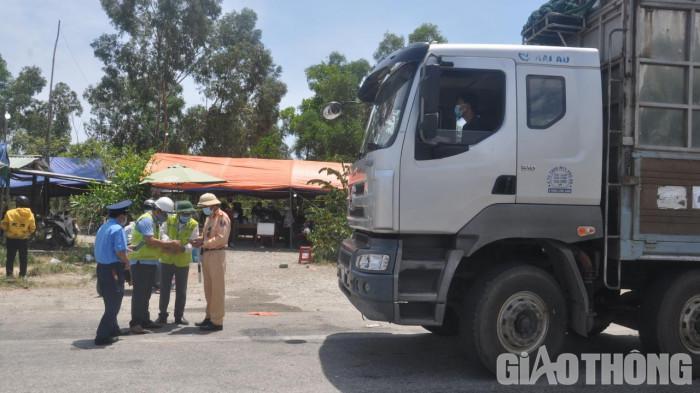 Quảng Nam liên tiếp xử phạt lái xe tải chở người từ vùng dịch TP.HCM 1