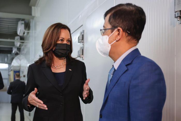 phó tổng thống mỹ kamala harris đến thăm viện vệ sinh dịch tễ trung ương