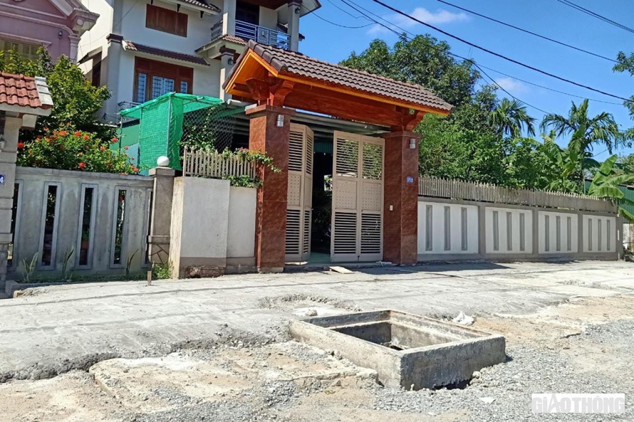 Đó cũng là thực trạng tại các hố ga trước mặt nhà dân dọc QL1 đoạn qua thị trấn Cẩm Xuyên